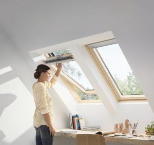 Trzyszybowe okno drewniane z górnym otwieraniem VELUX GLL 0061